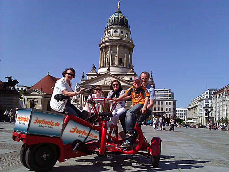 Berlin Gendarmenmarkt mit Mehrpersonenfahrrad - 3wheels.de