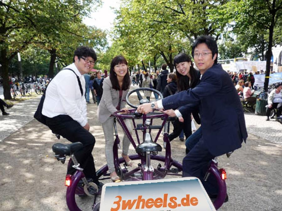 Berlin Touristen auf Kraken Fahrrad - TeamBike Berlin Stadtrundfahrt - 3wheels.de