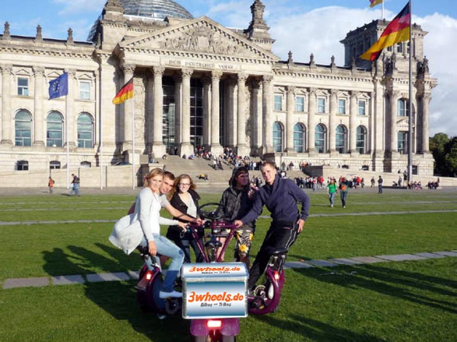 Berliner Reichstagsgebäude mit Conference Bike - 3wheels.de