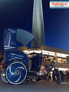 Berlin eRikscha - Rikschataxi am Alexanderplatz mit Fernsehturm