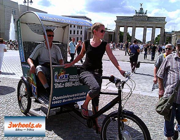 geführte Stadtrundfahrt in Berlin Fahrrad Rikscha - Fahrrad Taxi am Pariser Platz Brandenburger Tor